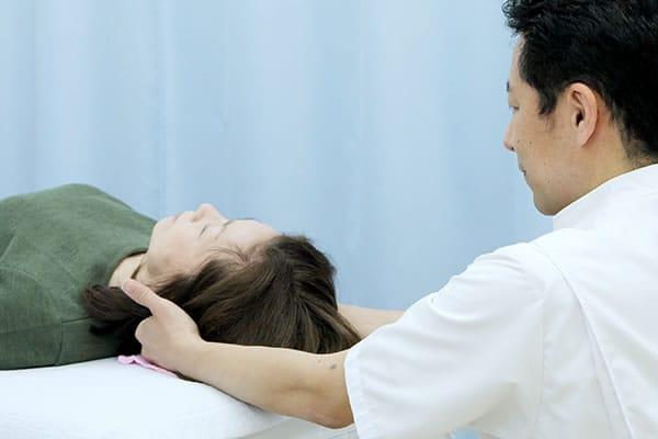 藤田接骨・鍼灸院の無痛整体の様子